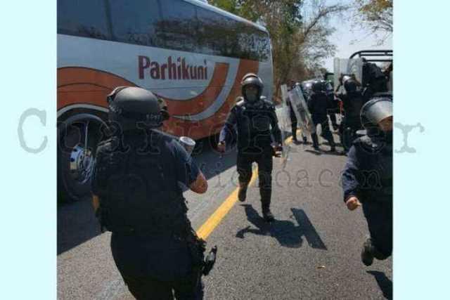 operativo-policia-Arteaga-normalistas-3