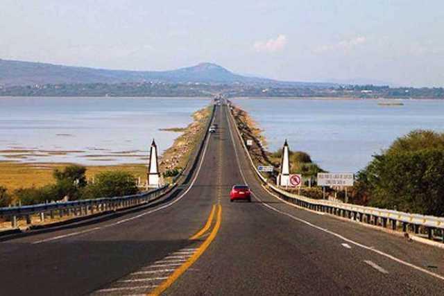 Lago-de-Cuitzeo-carretera