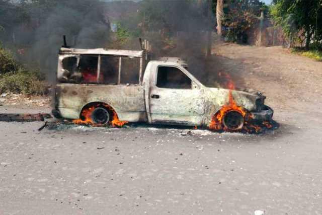 narcobloqueo-Michoacan-incendio-vehiculo-10