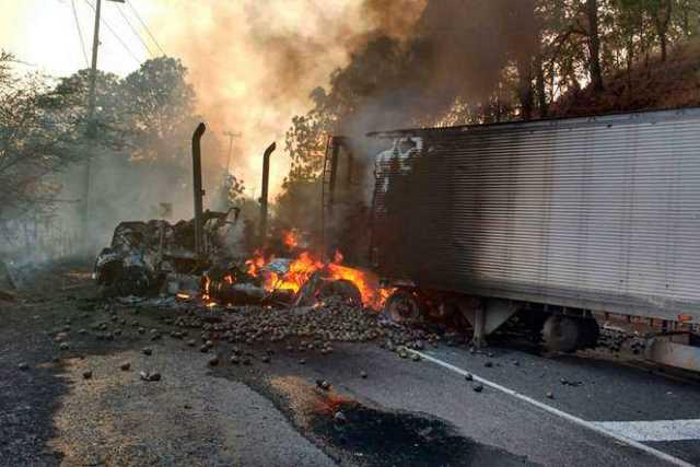 narcobloqueo-Michoacan-incendio-vehiculo-12