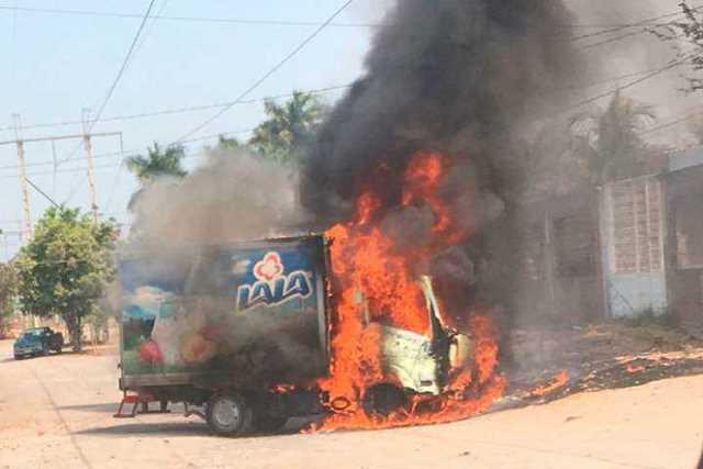 narcobloqueo-Michoacan-incendio-vehiculo-13