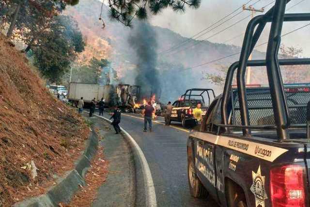 narcobloqueo-Michoacan-incendio-vehiculo-14