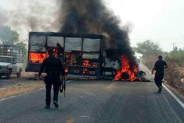 narcobloqueo-Michoacan-incendio-vehiculo-2