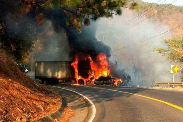 narcobloqueo-Michoacan-incendio-vehiculo-7