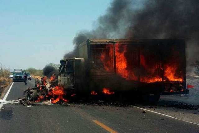 narcobloqueo-Michoacan-incendio-vehiculo-8