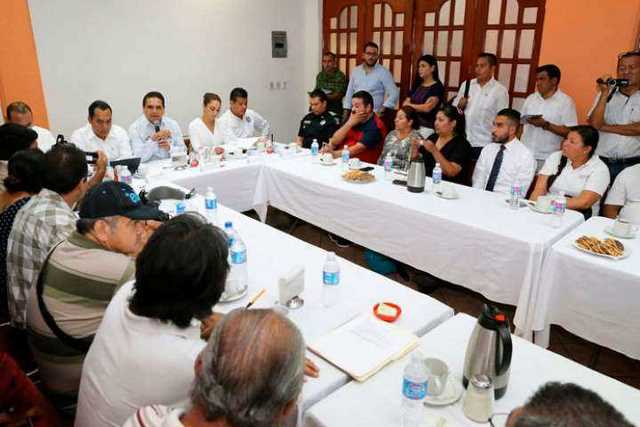 reunion-Silvano-Aureoles-familia-Salvador-Adame-periodistas-Apatzingan-2