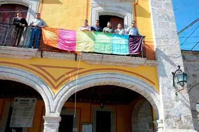 Victor-Calderon-bandera-gay-Alvaro-Obregon-3