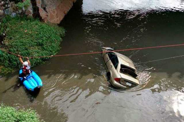 cae-vehiculo-al-rio